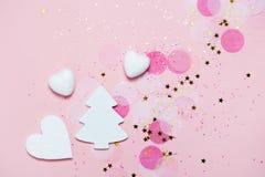 Achtergrond van de Kerstmis de feestelijke banner: de witte Kerstmisboom en de confettien met het sparcling schitteren en sterren royalty-vrije stock afbeelding