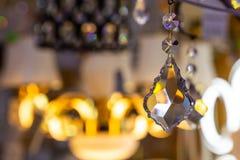 Achtergrond van de kristallen in de opslag van gloeilampen en lampen stock foto's