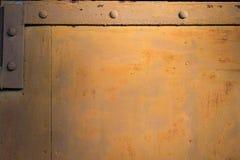 Achtergrond van de metaal de bruine gele oude deur met roest Stock Fotografie