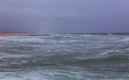 Achtergrond van de oppervlaktemist over de oceaangolven royalty-vrije stock fotografie