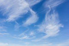 Achtergrond van de schoonheids de blauwe hemel met uiterst kleine wolken Royalty-vrije Stock Foto