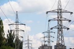 Achtergrond van de de torenhemel van de hoogspannings de posthoogspanning De elektriciteit is de belangrijkste energie van de wer royalty-vrije stock afbeeldingen