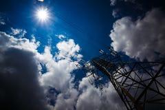 Achtergrond van de de torenhemel van de hoogspannings de posthoogspanning De elektriciteit is de belangrijkste energie van de wer royalty-vrije stock foto's