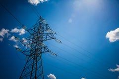 Achtergrond van de de torenhemel van de hoogspannings de posthoogspanning De elektriciteit is de belangrijkste energie van de wer stock afbeelding