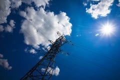 Achtergrond van de de torenhemel van de hoogspannings de posthoogspanning De elektriciteit is de belangrijkste energie van de wer stock foto's