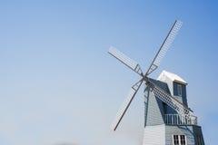 Achtergrond van de windmolen de blauwe hemel Stock Foto