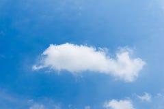 Achtergrond van de wolken de blauwe duidelijke hemel Stock Foto's