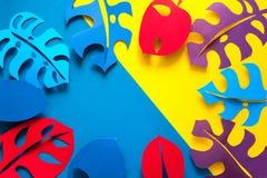 Achtergrond van de de zomer de tropische installatie Monstera verlaat kader Trillende Kleuren het document sneed stijl Vlak leg royalty-vrije stock afbeeldingen