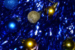 Achtergrond van donkerblauwe Kerstmisslinger met blauwe en gouden Kerstmisballen Stock Fotografie