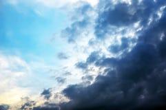 Achtergrond van donkere wolken vóór een onweersbui Stock Afbeelding