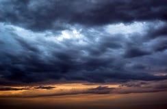 Achtergrond van donkere wolken vóór een onweersbui Stock Fotografie