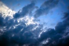 Achtergrond van donkere wolken vóór een onweersbui Royalty-vrije Stock Foto's