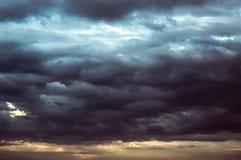 Achtergrond van donkere wolken vóór een onweersbui Stock Afbeeldingen