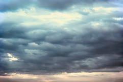 Achtergrond van donkere wolken vóór een onweersbui Royalty-vrije Stock Fotografie