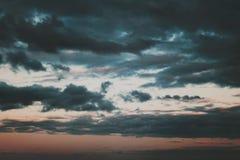 Achtergrond van donkere wolken vóór een onweersbui Onweerswolken in de donkere hemel De donkere achtergrond van slecht weer Royalty-vrije Stock Afbeeldingen