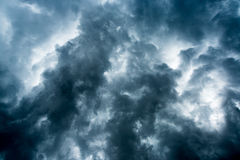 Achtergrond van donkere wolken vóór een onweersbui, zonlicht door zeer donkere wolkenachtergrond, Wit Gat in de Wervelwind van da Royalty-vrije Stock Foto