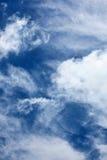 Achtergrond van dramatische cirrus en cumuluswolken Royalty-vrije Stock Foto's