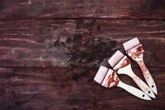Achtergrond van drie rode verfborstel op houten stoel Royalty-vrije Stock Foto