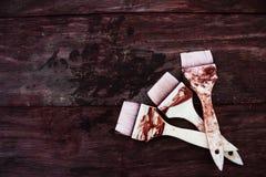 Achtergrond van drie rode verfborstel op houten stoel Royalty-vrije Stock Fotografie