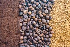 Achtergrond van drie soorten koffie, grond, bonen en moment royalty-vrije stock foto