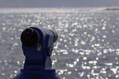 Achtergrond van een blauwe panoramische toeristische telescoop die het Middellandse-Zeegebied overzien stock fotografie