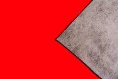 Achtergrond van een grijze doek op een rode oppervlakte Stock Foto's