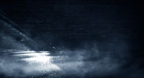 Achtergrond van een lege donker-zwarte ruimte Lege bakstenen muren, lichten, rook, gloed, stralen royalty-vrije stock afbeeldingen