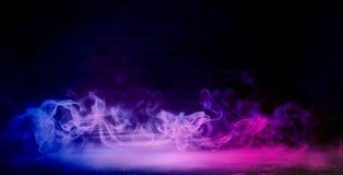 Achtergrond van een lege donker-zwarte ruimte Lege bakstenen muren, lichten, rook, gloed, stralen stock afbeeldingen