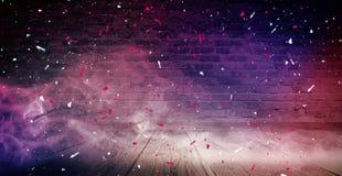 Achtergrond van een lege gang met bakstenen muren en neonlicht Bakstenen muren, neonstralen en gloed royalty-vrije stock afbeeldingen
