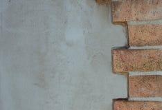 Achtergrond van een muur van baksteen en steen met concret wordt gecementeerd die stock afbeelding