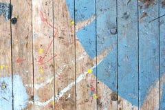 Achtergrond van een oud doorstaan geschilderd houten dek royalty-vrije stock foto