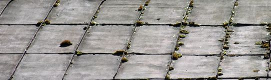 Achtergrond van een oud metaal rechthoekig bemost dak stock foto's