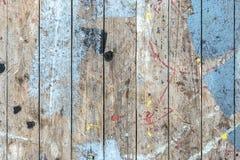 Achtergrond van een oud vuil geschilderd houten dek stock foto