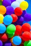 Achtergrond van een reeks gekleurde ballons stock foto's