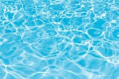 Achtergrond van gegolft patroon van schoon water in blauwe zwemmende po Royalty-vrije Stock Foto's