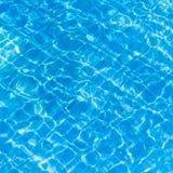 Achtergrond van gegolft patroon van schoon water in een blauw Stock Fotografie