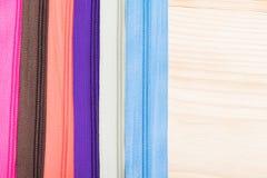 Achtergrond van gekleurde heldere ritssluitingen voor kleren en stoffen Stock Foto's