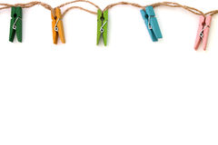 Achtergrond van gekleurde linnenwasknijpers op wit Stock Foto's