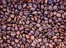 Achtergrond van geroosterde bruine koffie stock foto's