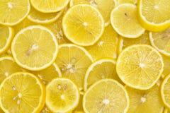 Achtergrond van gesneden rijpe citroenen Stock Foto's