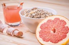 Achtergrond van gezond voedsel met muesli, sap en grapefruit Stock Foto's