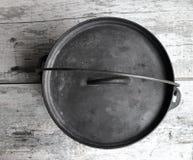 Achtergrond van Gietijzer de Nederlandse Oven Looking Down On Wood royalty-vrije stock fotografie