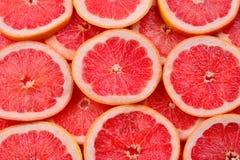 Achtergrond van grapefruit de rode sappige plakken Hoogste mening stock foto's