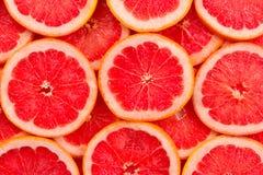 Achtergrond van grapefruit de rode sappige plakken Hoogste mening stock foto