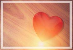Achtergrond van het de kaart de rode hart van de valentijnskaartendag/Stijl uitstekend rood die hart met licht gestalte wordt geg royalty-vrije stock fotografie