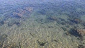 Achtergrond van het Defocused de ondiepe schone turkooise die water, in Cascais, Portugal wordt gevangen stock videobeelden