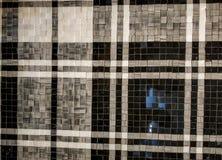 achtergrond van het glanzende patroon van de steenbevloering met zwart, wit en grijs strookpatroon royalty-vrije stock afbeeldingen