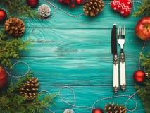 Achtergrond van het Kerstmis de donkergroene kader met bestek Royalty-vrije Stock Foto