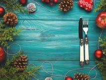 Achtergrond van het Kerstmis de donkergroene kader met bestek Stock Foto