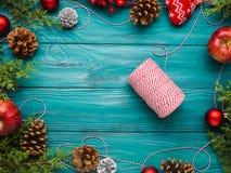 Achtergrond van het Kerstmis de donkergroene kader met streng Stock Afbeeldingen